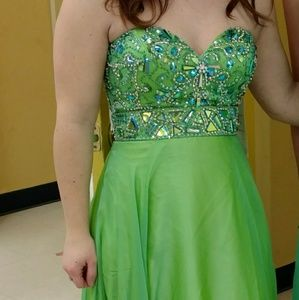 Dresses & Skirts - Green prom dress has tags and extra beads